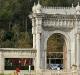 Palác Dolmabahce a jeho vstupní brána, Alaskan Dude