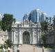 Palác Dolmabahce v pozadí s moderním Istanbulem, deb roby